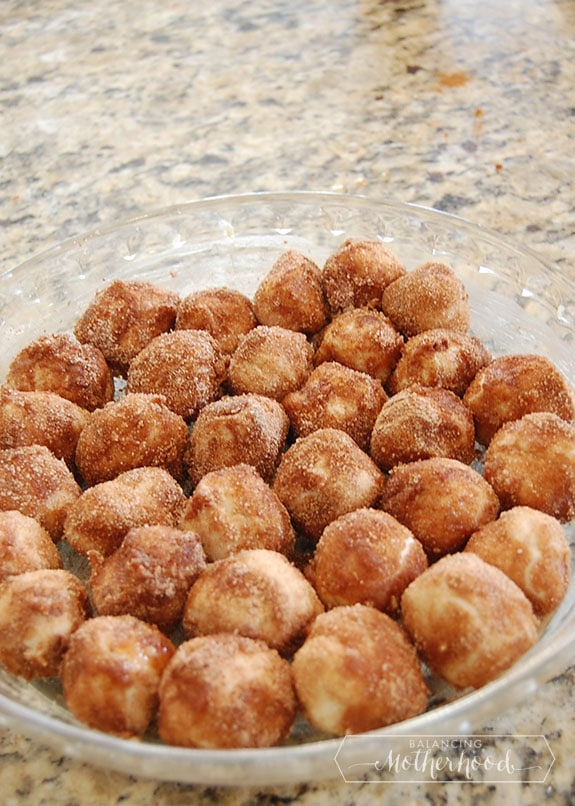 bakes cinnamon donut holes -- so easy and delicious
